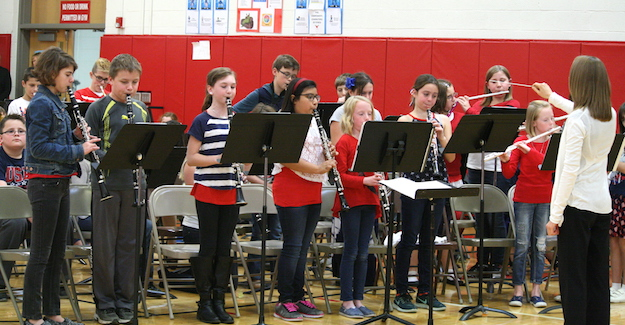 The Holley Elementary Band plays a patriotic song.